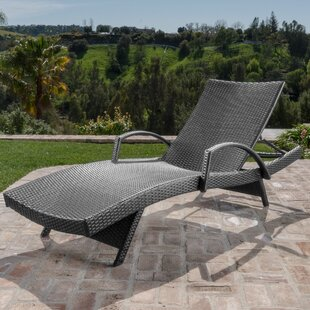Charming Gilleasbuig Outdoor Wicker Armed Chaise Lounge