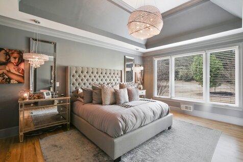 Contemporary glam bedroom id es de design par r jones for Caravane chambre 19 shopping