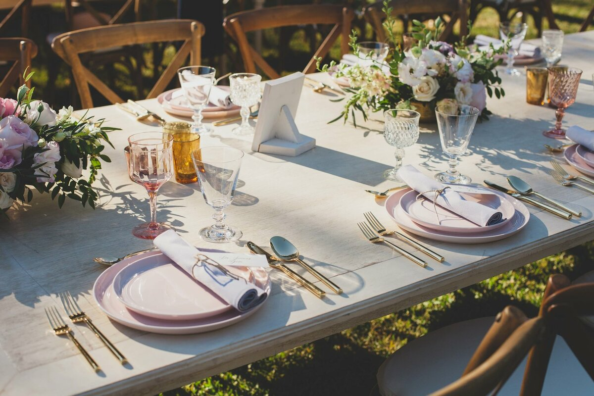 MODERN FARMHOUSE OUTDOOR TABLESCAPE SETTING