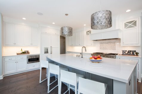 This home is a great mix of modern, classic and industrial pieces. We played with pattern and color in each room to keep the overall feel casual and welcoming. Cuisine de style moderne et contemporain