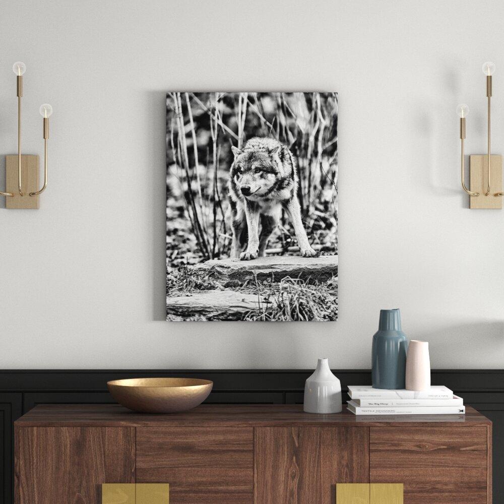 Leinwandbild Lauernder Wolf in Monochrom