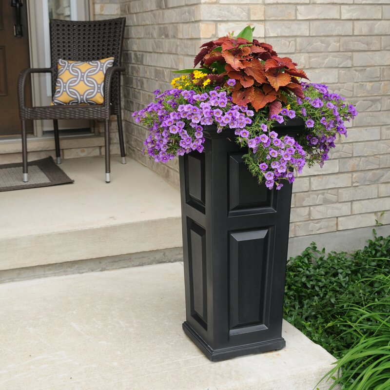 Nantucket Self-Watering Plastic Pot Planter