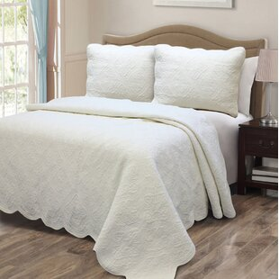 Mael Scalloped Edge Reversible Quilt Set