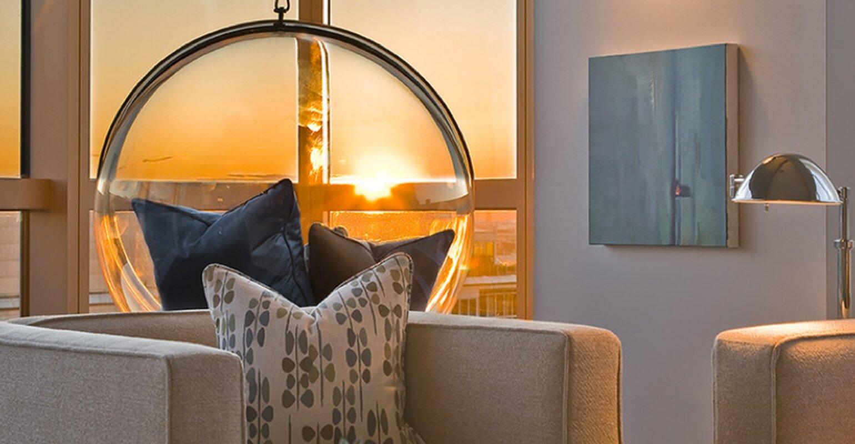 Chaise ballon suspendue au plafond de style bulle