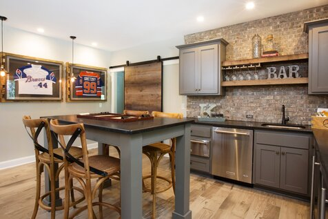 This home is a great mix of modern, classic and industrial pieces. We played with pattern and color in each room to keep the overall feel casual and welcoming. Cuisine de style industriel