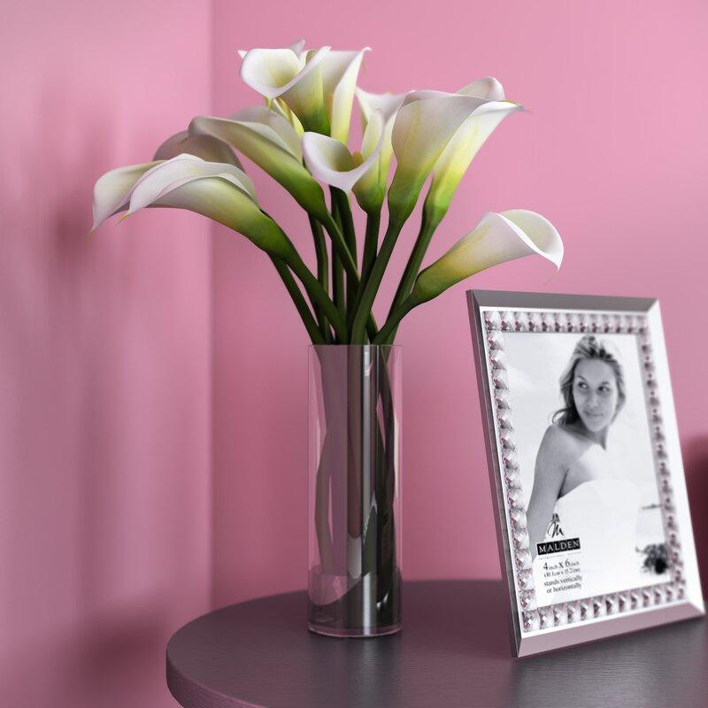 calla lily flower arrangement in flower vase